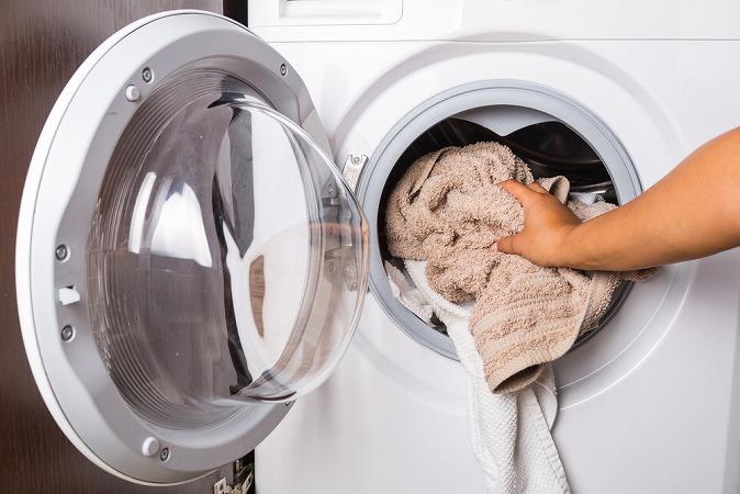 タオルをドラム式洗濯機に入れる