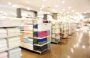 店で並ぶ様々なタオル