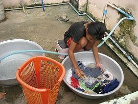 ひとりで洗濯する孤児
