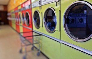 コインランドリーに並んだ洗濯機