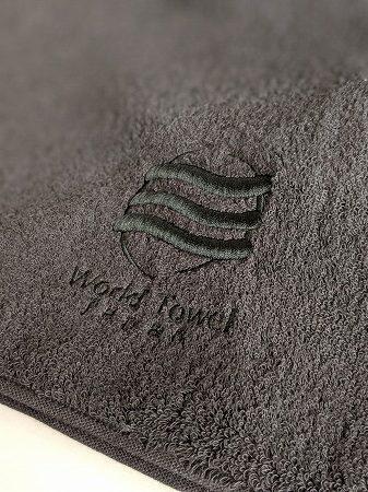 黒いタオルに黒のロゴ刺繍