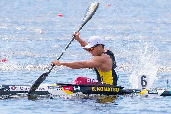 小松正治選手がカヌーを漕いでいる画像