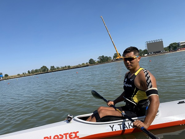 髙木裕太がカヌーを漕いでいる画像