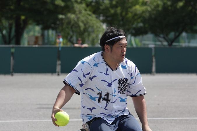 齋藤尚徳選手のソフトボールプレー画像