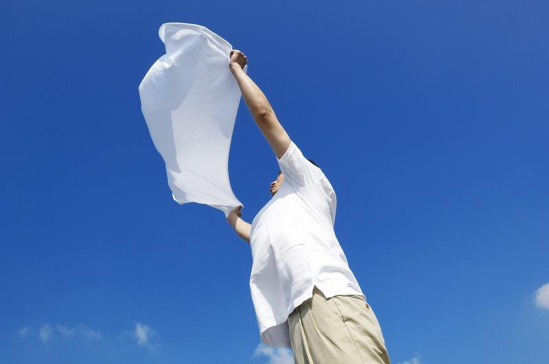 洗濯したタオルを干す人