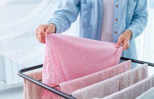タオルをタオル干しにかけている