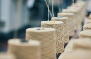 紡績工場で糸が巻き取られている